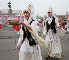 Участницы театрального представления в национальных костюмах во время празднования Нооруза