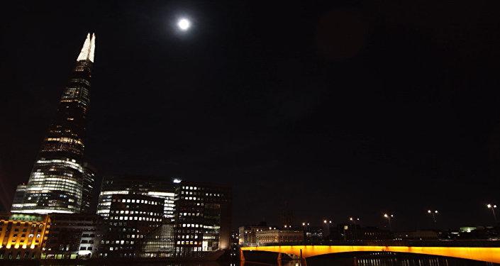 Кровавое суперлуние в небе Лондона. Ускоренная видеоверсия