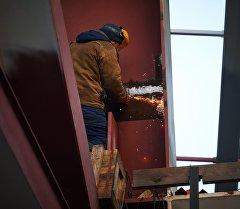 Строитель во время работы. Архивное фото