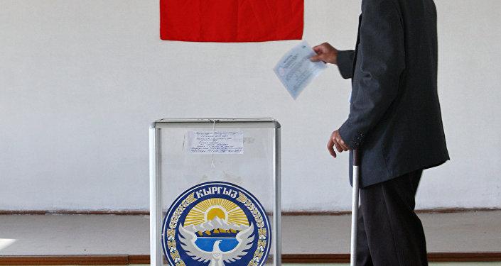 Гражданин КР во время референдума. Архивное фото