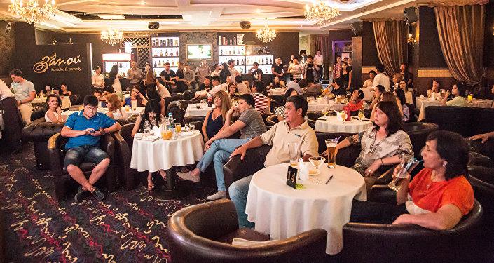 Посетители на одном из кафе в городе Бишкек. Архивное фото