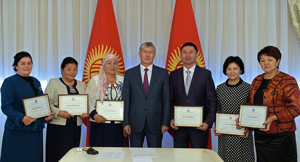 Президент Алмазбек Атамбаев с представителями шести социальных учреждений для престарелых и инвалидов.
