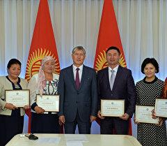 Президент Алмазбек Атамбаев карылар жана майыптар үчүн социалдык алты мекеменин жетекчилери менен.