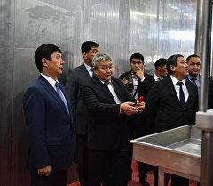 Премьер-министр Темир Сариев эттен жасалуучу азык өндүргөн ишкананын ачылуусунда. Архив