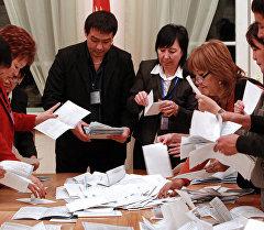 Подсчет голосов на одном из избирательных участков. Архивное фото