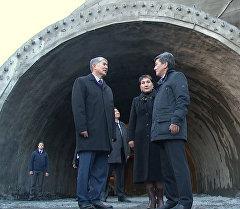 Атамбаев осмотрел строящийся тоннель на автодороге Север — Юг