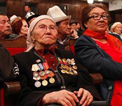 Токтогул Сатылганов атындагы Улуттук филармонияда шаардагы карылар үчүн майрамдык иш чаранын катышуучулары.
