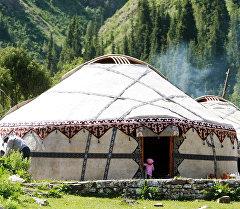 Традиционное, национальное, кыргызское жилье - юрта. Юрты установлены в урочище Салкын-Тер. Архивное фото