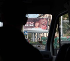 Рекламные щиты в одном из улиц Бишкека. Архивное фото