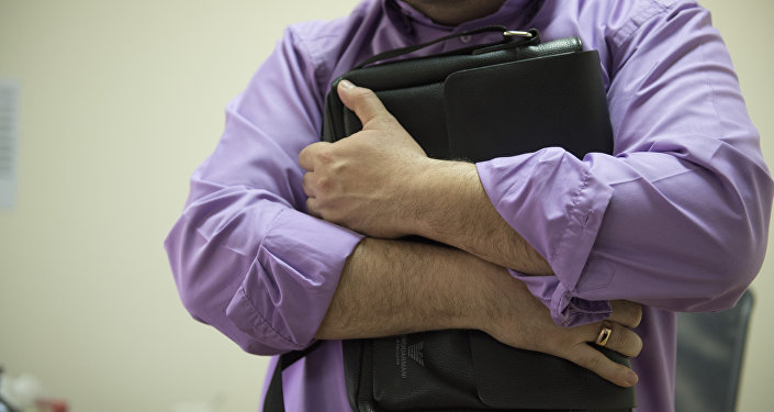 Мужчина держит портфель. Архивное фото