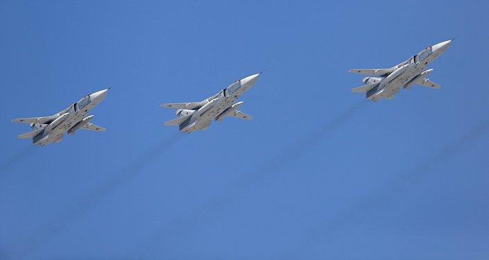 Фронтовые бомбардировщики Су-24 во время военного парада. Архивное фото