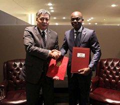 Кыргызстандын жана Того мамлекеттеринин тышкы иштер министрлери Эрлан Абдылдаев жана Робер Дусе.