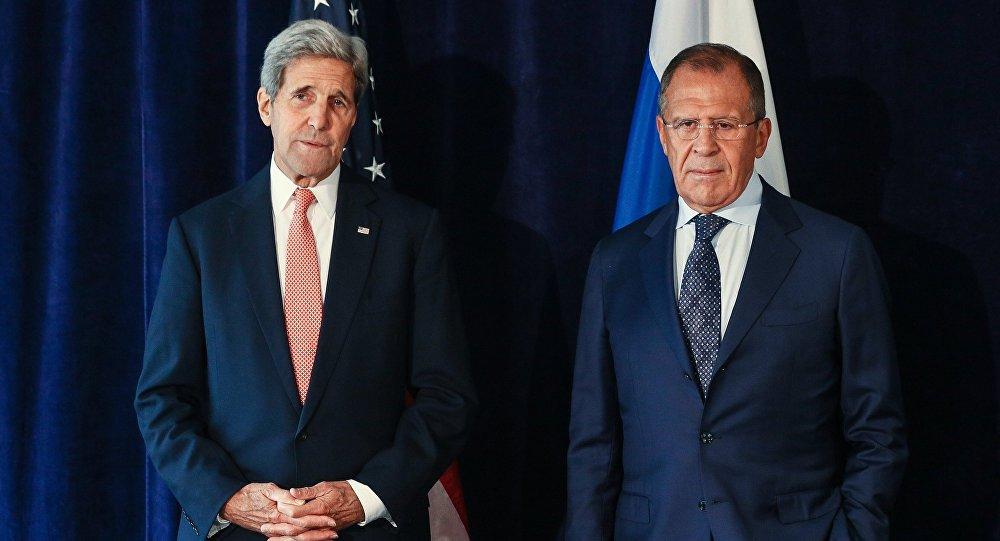 Министр иностранных дел РФ Сергей Лавров (справа) и Госсекретарь США Джон Керри во время встречи в Нью-Йорке. Архивное фото
