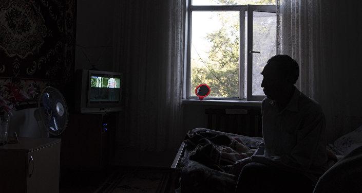 Мужчина в своей комнате в доме-интернате для престарелых