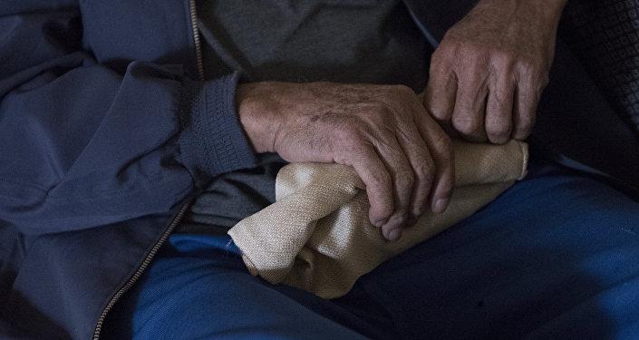Руки пожилой мужчины. Архивное фото