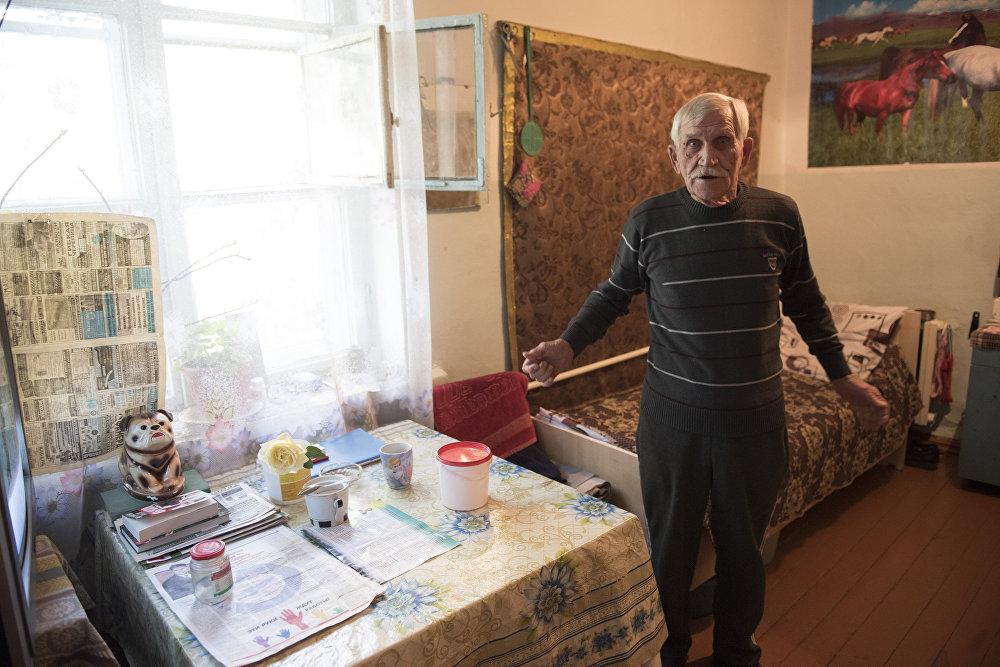 Некоторые обитатели дома престарелых ходят на работу