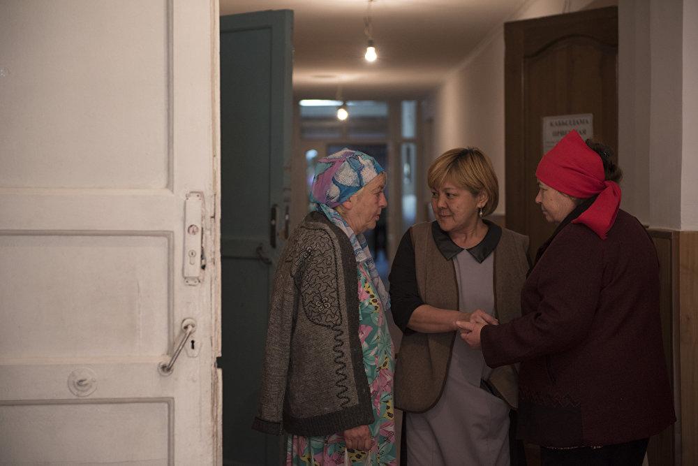 Часто пожилые помогают ухаживать за лежачими