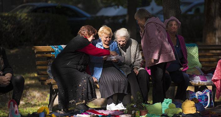 В столице Кыргызстана проходит ежегодная социальная ярмарка, приуроченная к Международному дню пожилых людей.