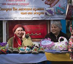 Пожилые люди продают свои изделия на ярмарке в Бишкеке