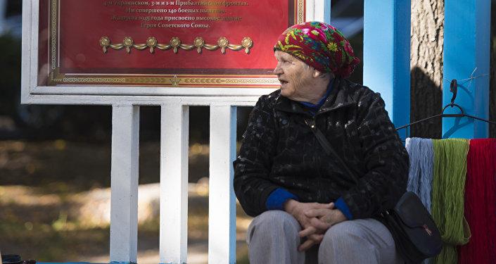 Ярмарка проходит на проспекте Эркиндик, а продавцы — пожилые люди.