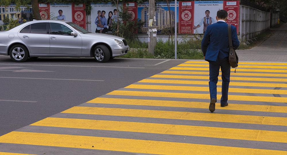 Пешеходный переход на пересечении улиц Токтогула и Раззакова покрасили желтой краской