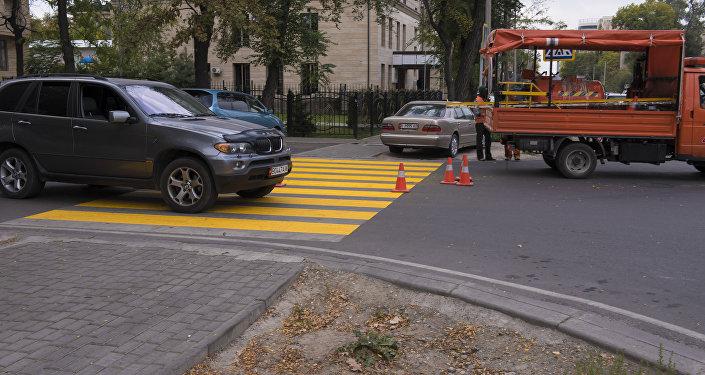 Пешеходный переход на пересечении улиц Токтогула и Раззакова покрасили желтой краской в качестве эксперимента