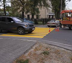 Пешеходный переход покрашенный желтой краской. Архивное фото