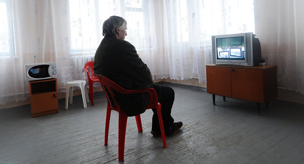 Мужчина у телевизора. Архивное фото