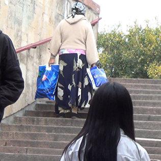 Помогают ли бишкекчане донести тяжелые сумки бабушке — соцэксперимент
