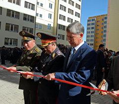 Президент Алмазбек Атамбаев батир тапшыруу убагында.
