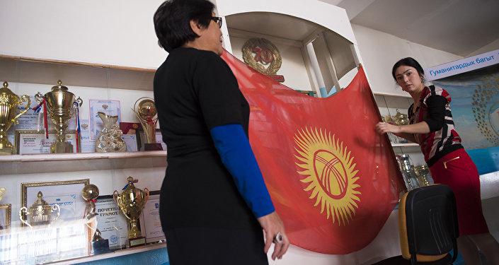 Шайлоо участкасында Кыргыз Республикасынын желегин илүү. Архив