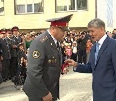 Служу Отечеству — вручение Атамбаевым ключей от квартир милиционерам