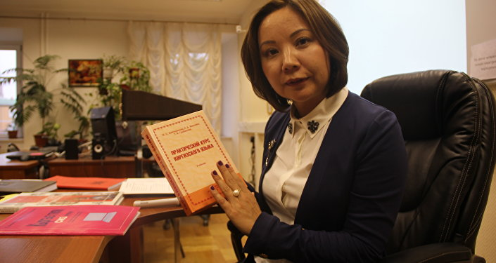 Фото — Жеңишгүл Хулхачиева бир эле окутуучу эмес, ал китептин автору. Анын жазган китептери менен сабактар өтүлөт