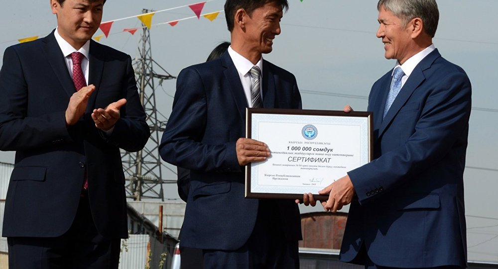 Алмазбек Атамбаев Бишкек шаарынын Дордой турак жай массивинде жайгашкан № 94-мектептин ачылыш салтанатында.