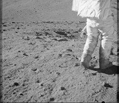 Астронавт шагает по лунной поверхности. Архивное фото