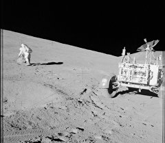 Астронавт на луне. Архивное фото