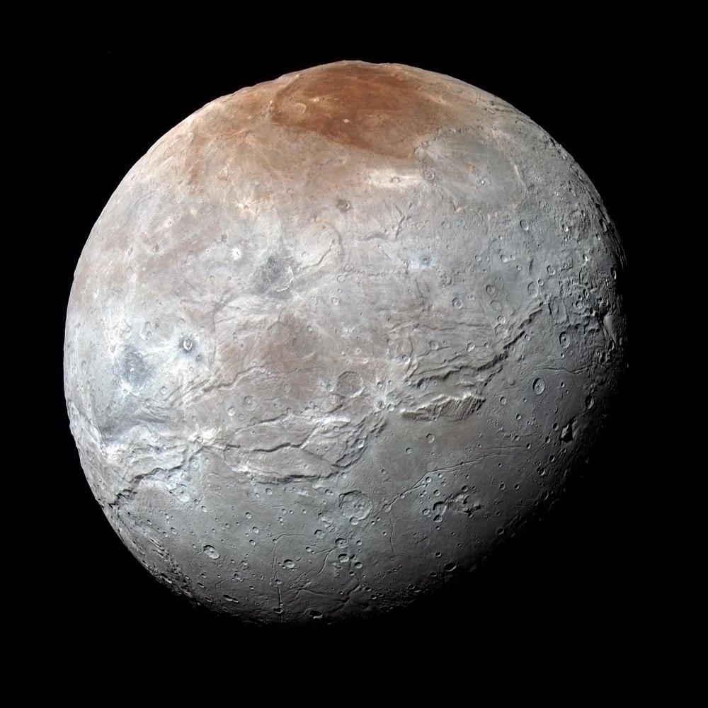 New Horizons автоматттык станциясы биринчи жолу Жерге  Харондун толук түстүү жана жогорку сапаттагы сүрөттөрүн жиберген. Аларда Плутондун жандоочусунун бетин, анын ичинде тоолорду, каньондорду жана планетанын полюсуна тушташ бөлүгүндөгү Мордор деп аталган табышмактуу жерди айкын көрүүгө болот.