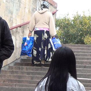 Бишкектиктер байбиченин оор баштыгын көтөрүшүп жардамдашабы – соцэкспе