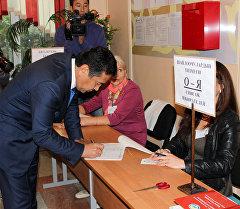 Первый вице-премьер-министр Кыргызстана Тайырбек Сарпашев на голосовании на выборах в Жогорку Кенеш КР.