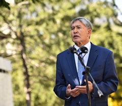 Президент Кыргызской Республики Алмазбек Атамбаев на одном из избирательных участков Бишкека.