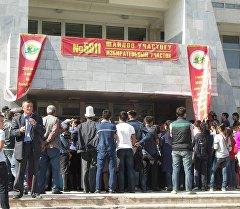 Очередь перед входом на избирательный участок в городе Ош.