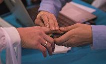 Избиратель проходит процедуру проверку биометрических данных. Архивное фото