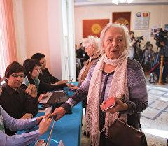 Избиратель проходит процедуру проверки биометрических данных.