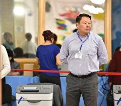 Наблюдатель у урны на избирательном участке. Архивное фото