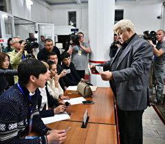 Подсчет бюллетеней на избирательном участке. Архивное фото