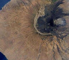 Вулкан Фого. На фотографии можно увидеть западную часть стенок старого мега-вулкана, породившего цунами.