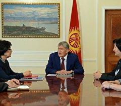 Мамлекет башчысы Алмазбек Атамбаев Жогорку соттун жаңы шайланган курамы менен жолугушуусу учурунда.