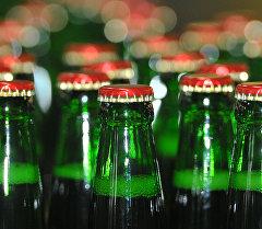 Стеклянные бутылки с пивом. Архивное фото
