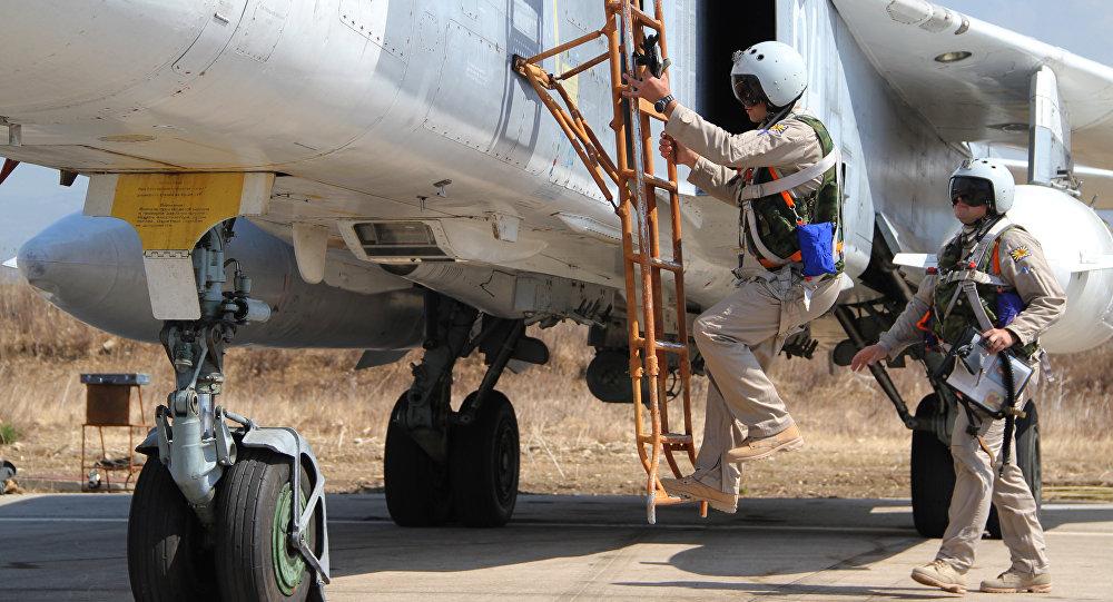 Российские летчики садятся в самолет Су-24 перед вылетом с аэродрома. Архивное фото