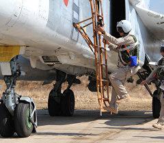 Россиялык аскерлер Су-24 учагына отуруп жатышат. Архив